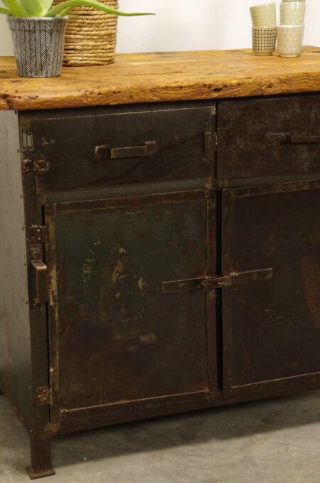 Oude industriële stalen werkbank houten blad, kookeiland, keuken