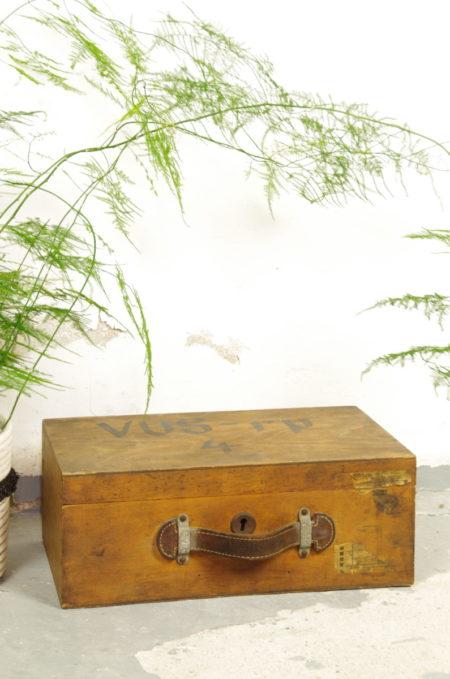 Oude blank houten kist met leren handvat