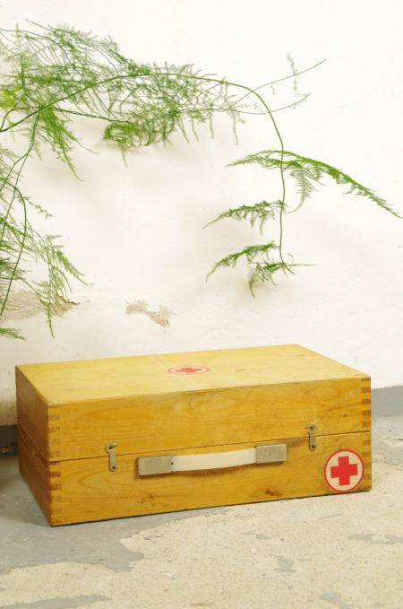 Houten kist met rood kruis