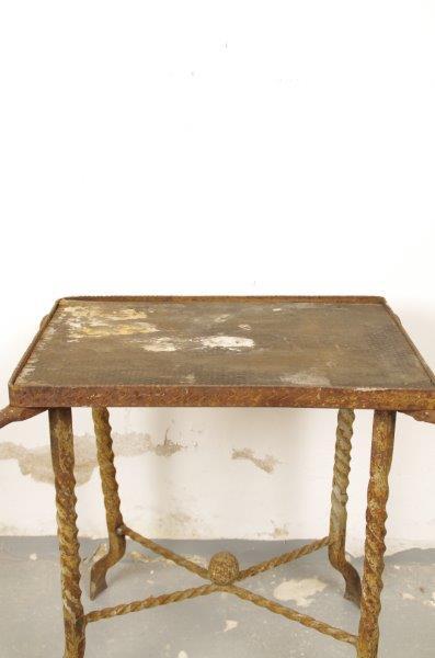 Oude smeedijzeren tafel