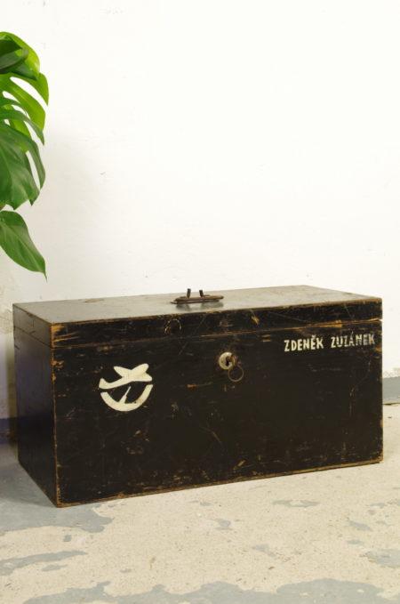 Oude zwart houten kist leger met inhoud
