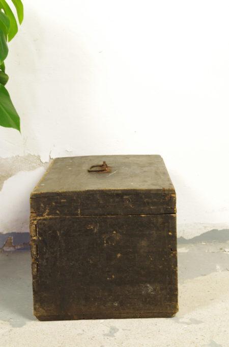 Oude zwart houten kist leger