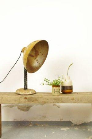 Oude industriële tafellamp met grote kap