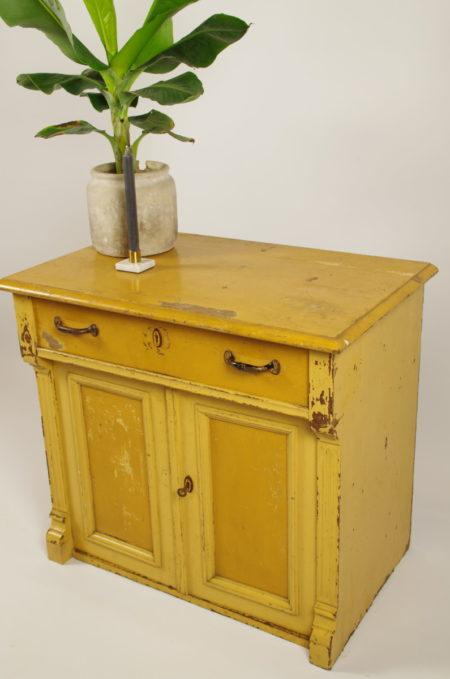 Antieke oude houten kast okergeel