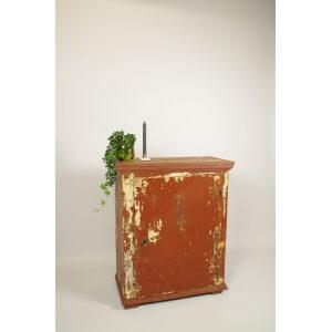 Antieke oude houten kast roodbruin