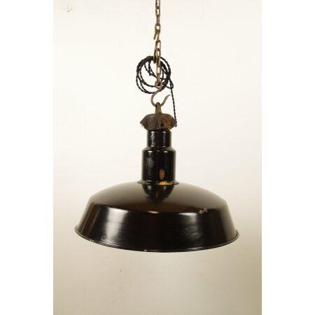 Oude hanglamp met grote zwarte kap
