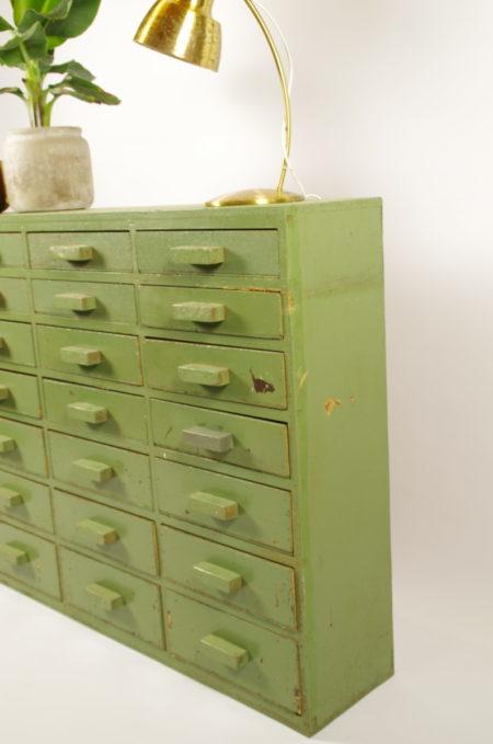 Oude houten groene ladekast