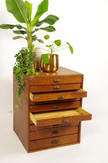 Oude houten ladekast hoog