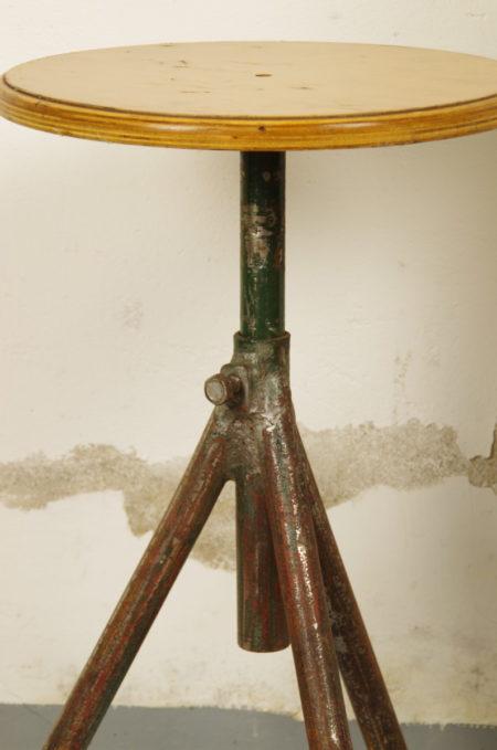 Oude stalen krukjes met houten zitting