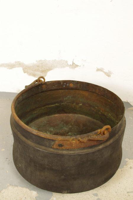 rote oude stalen ketel met hengsel