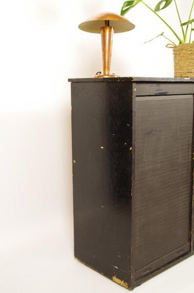 Oude houten zwarte ladekast, rolluiken