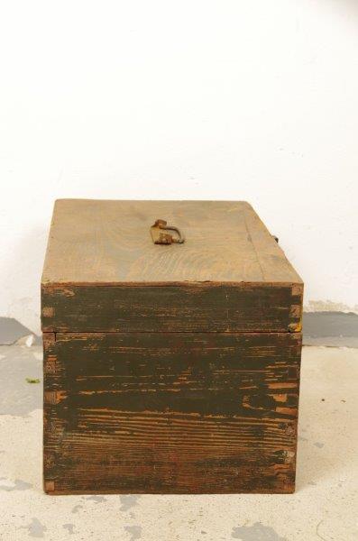 Oude donkergroene houten kist