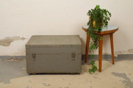 Grijze oude houten kist