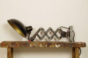 Vintage schaarlamp zwart met grote kap van bakkeliet