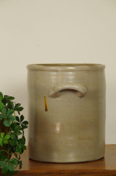 Oude grijze gres pot laag met oren | Bloempot