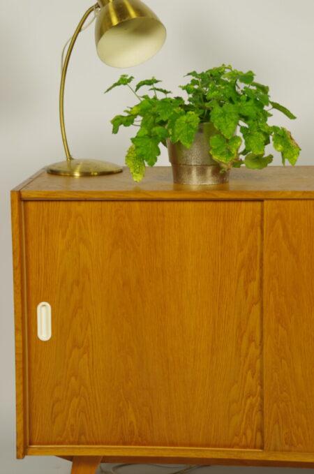 Vintage design fineer kast Jiri Jiroutek model U 452, schuifdeur kast witte grepen