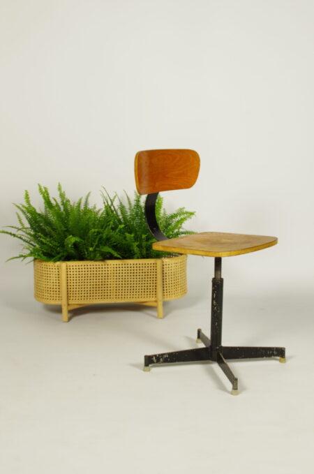 Vintage industriële werkplaatsstoel, oude houten bureaustoel