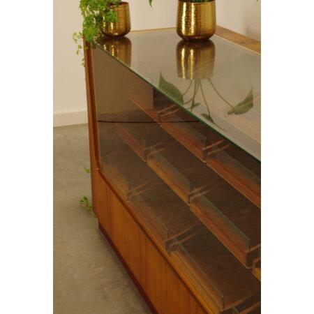 Vintage fineer toonbank met lades, shopcounter glas jaren 60, vitrinekast