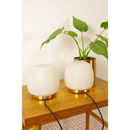 Vintage wit matglazen bollampen met messing voet, tafellamp