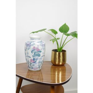 Vintage hoge porseleinen vaas met roze bloemen